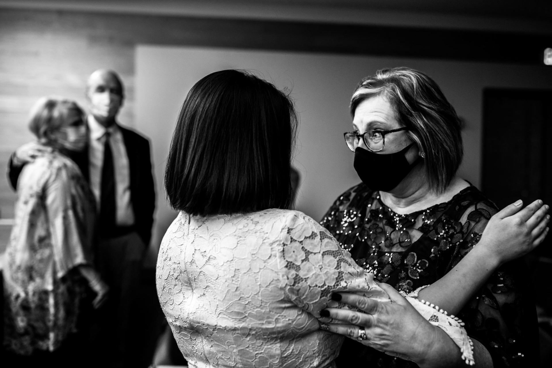 Fotógrafos de bodas de Minnesota | la suegra le da un gran abrazo a la novia