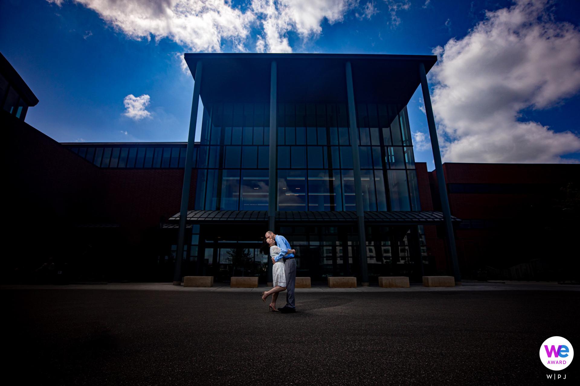 Bodas en un juzgado pequeño en Minnesota - MN Photography | La pareja de recién casados se hace pasar por marido y mujer frente al palacio de justicia