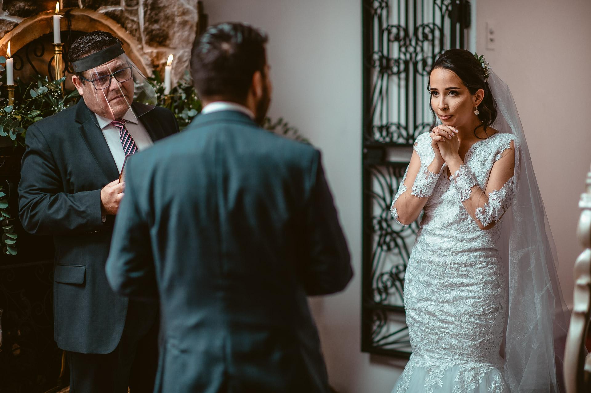 Photographie de mariage à San Isidro | La mariée respire avant de pouvoir commencer à prononcer ses vœux