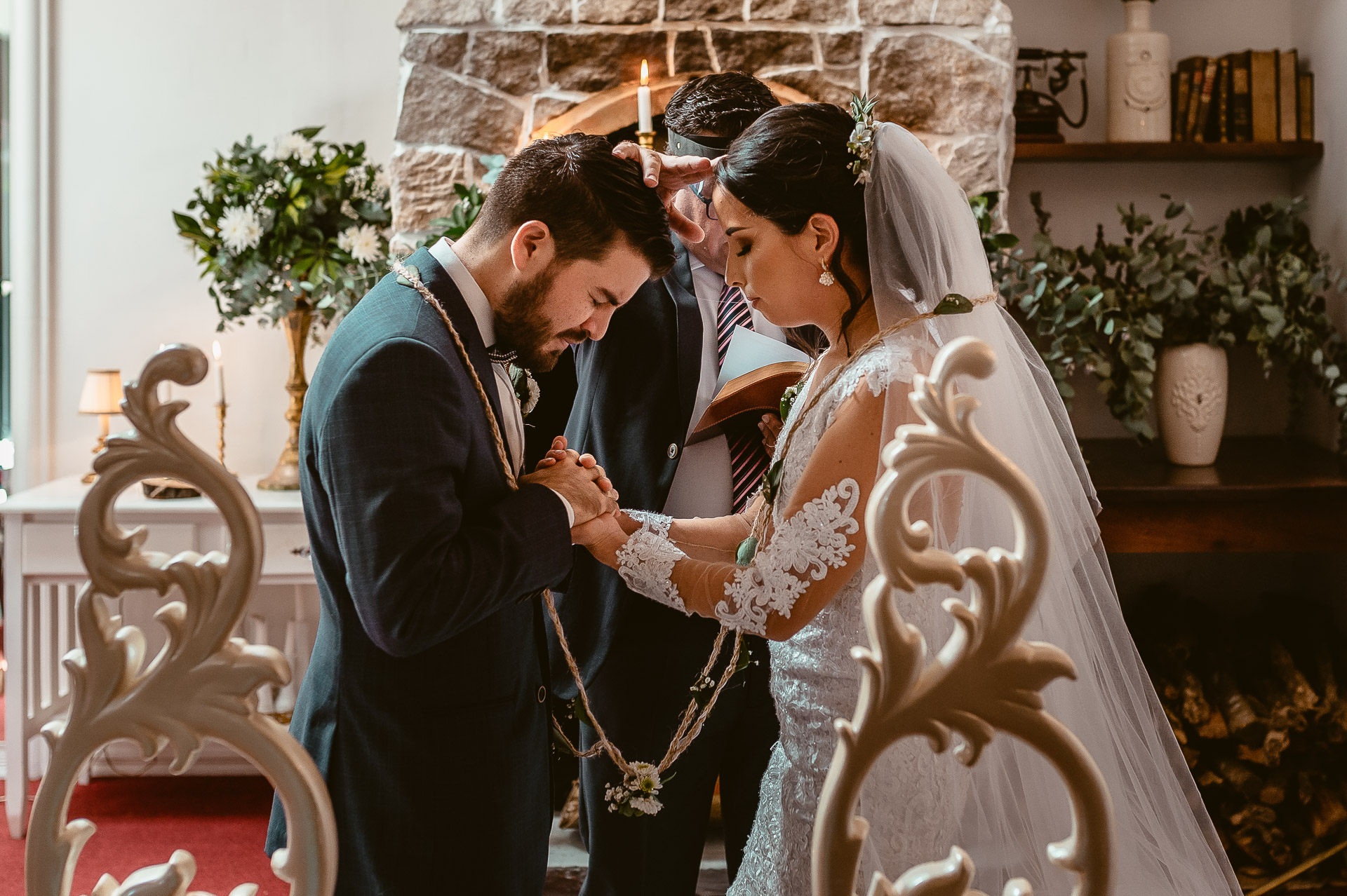 Costa Rica Wedding Photographer | The moment in which the wedding officiant prays a