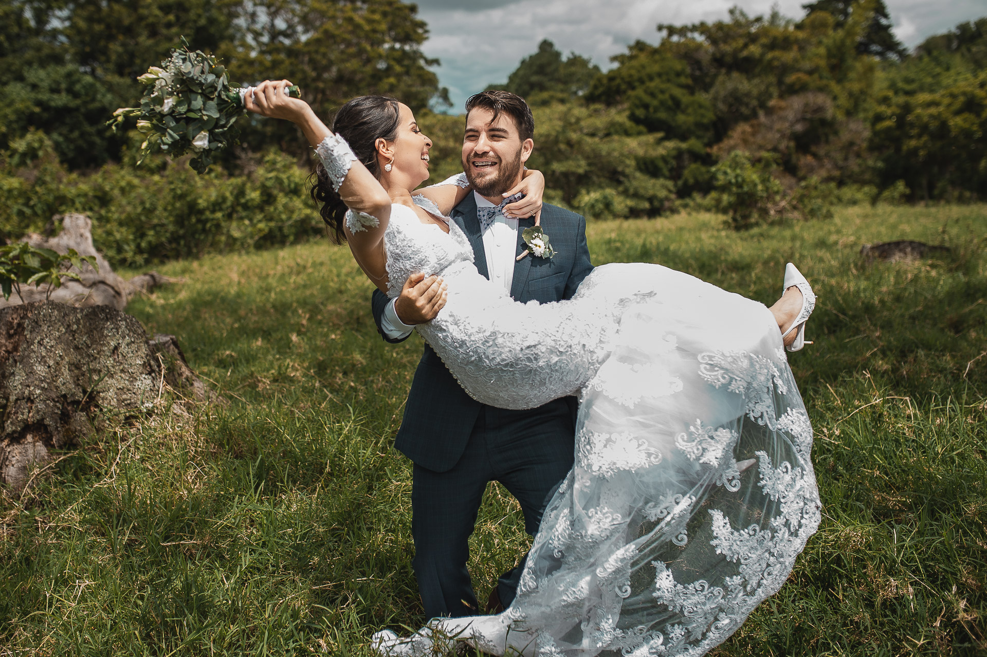 Portraits de couple de mariage de maison chic minable | un moment très heureux lors de leur séance portrait