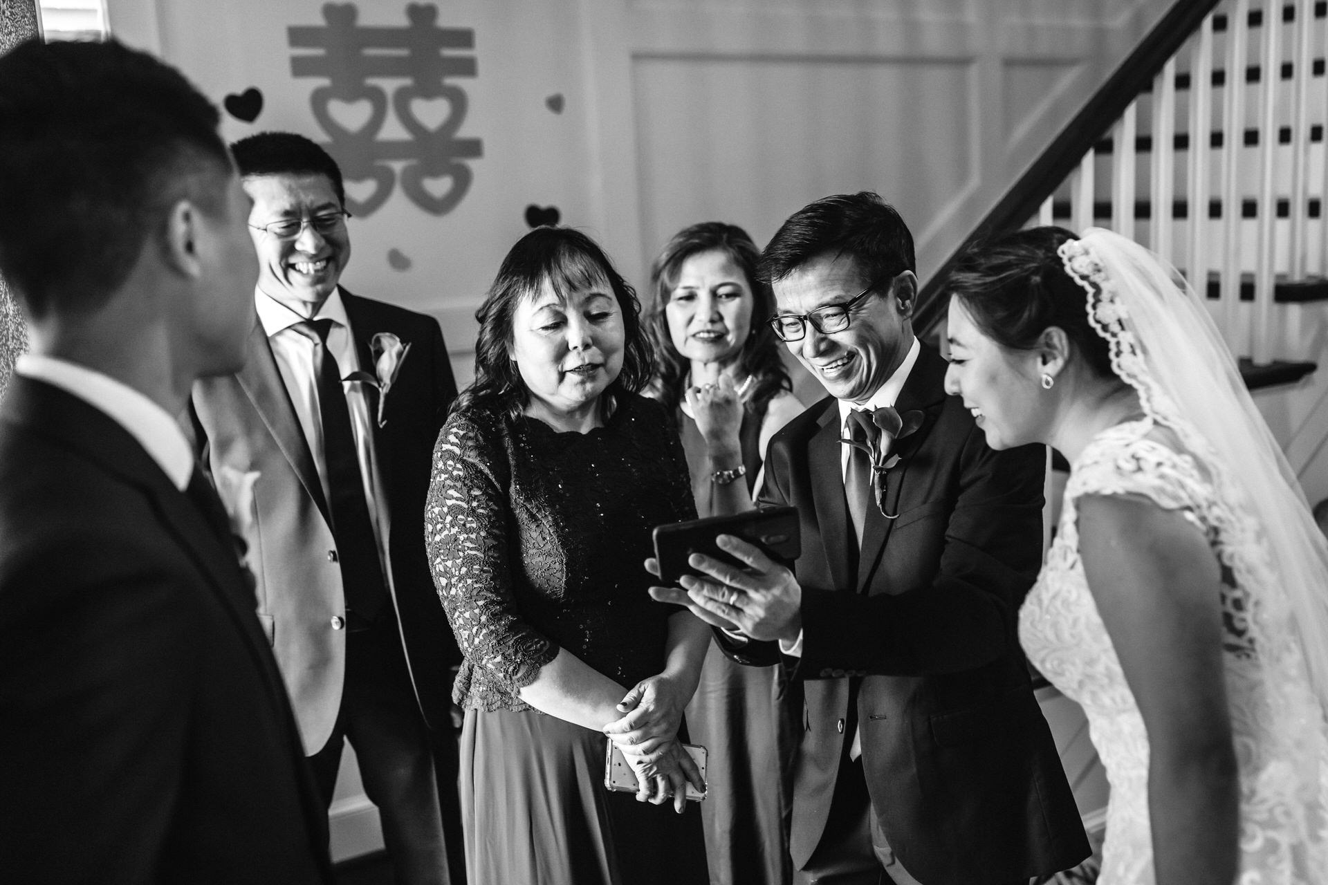 Photo de mariage BW de Richmond en Virginie | papa a commencé à se remémorer ses propres photos de mariage
