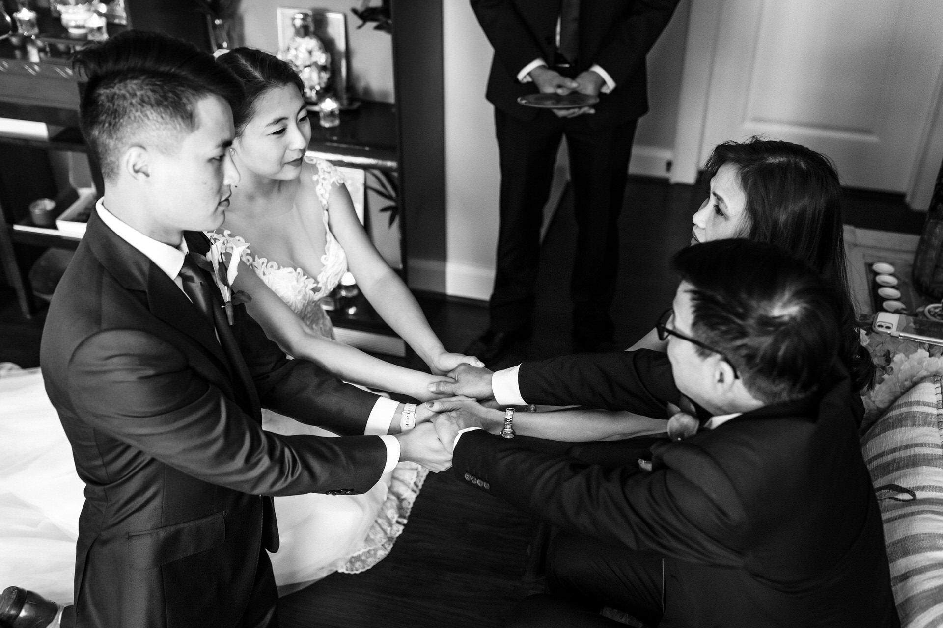 Photographes de mariage à Richmond en Virginie | C'est le couple et les parents mariés lors de la cérémonie du thé.