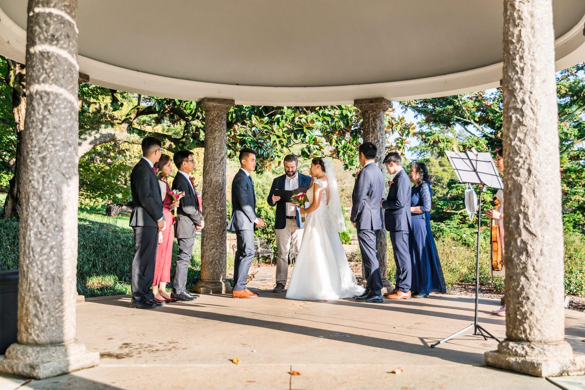 Photographie de Richmond d'un mariage à Maymont Park | Le couple et la famille se réunissent sous la pergola