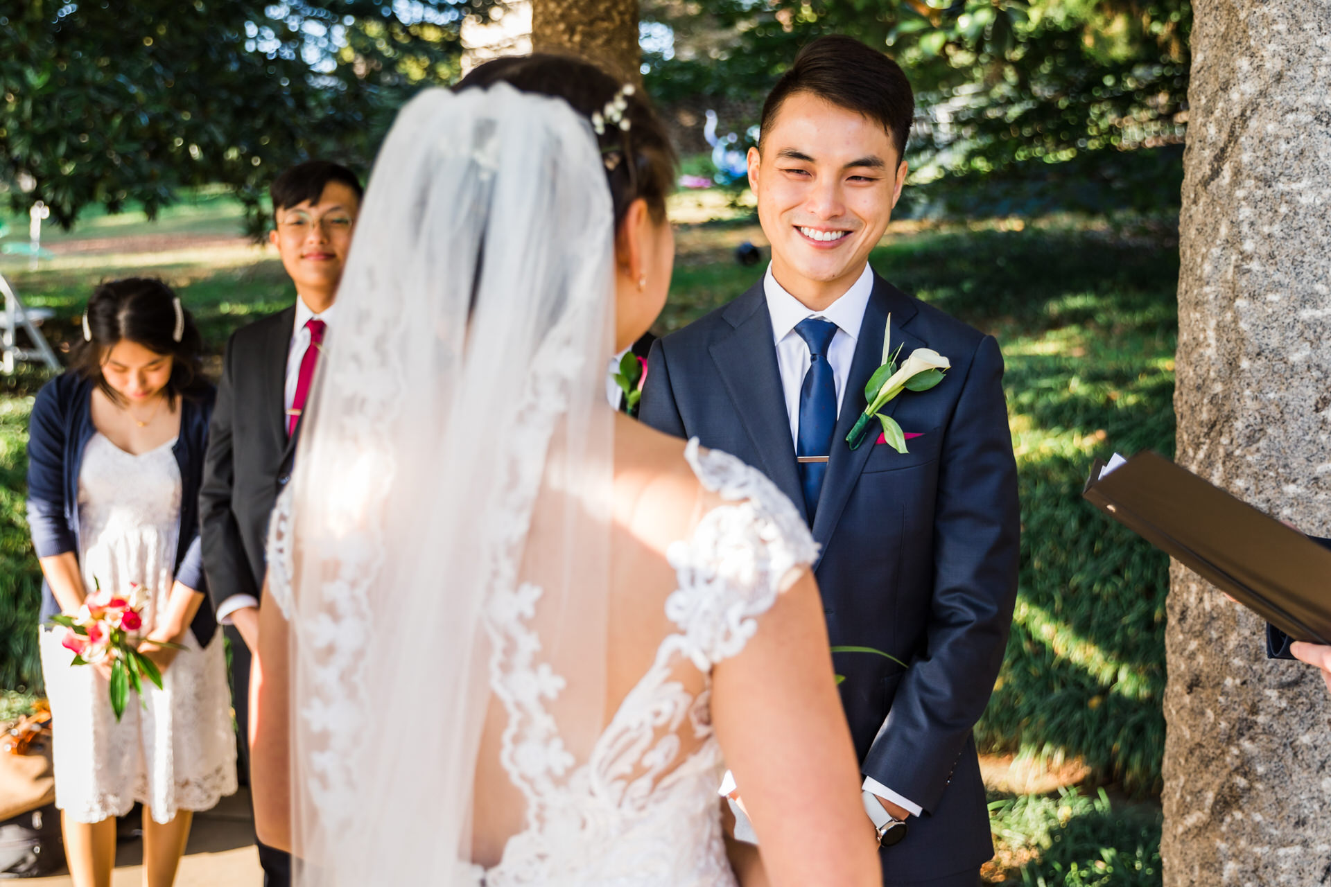 Image de mariage de Richmond en Virginie à Maymont Gardens | regarder la mariée pendant la cérémonie