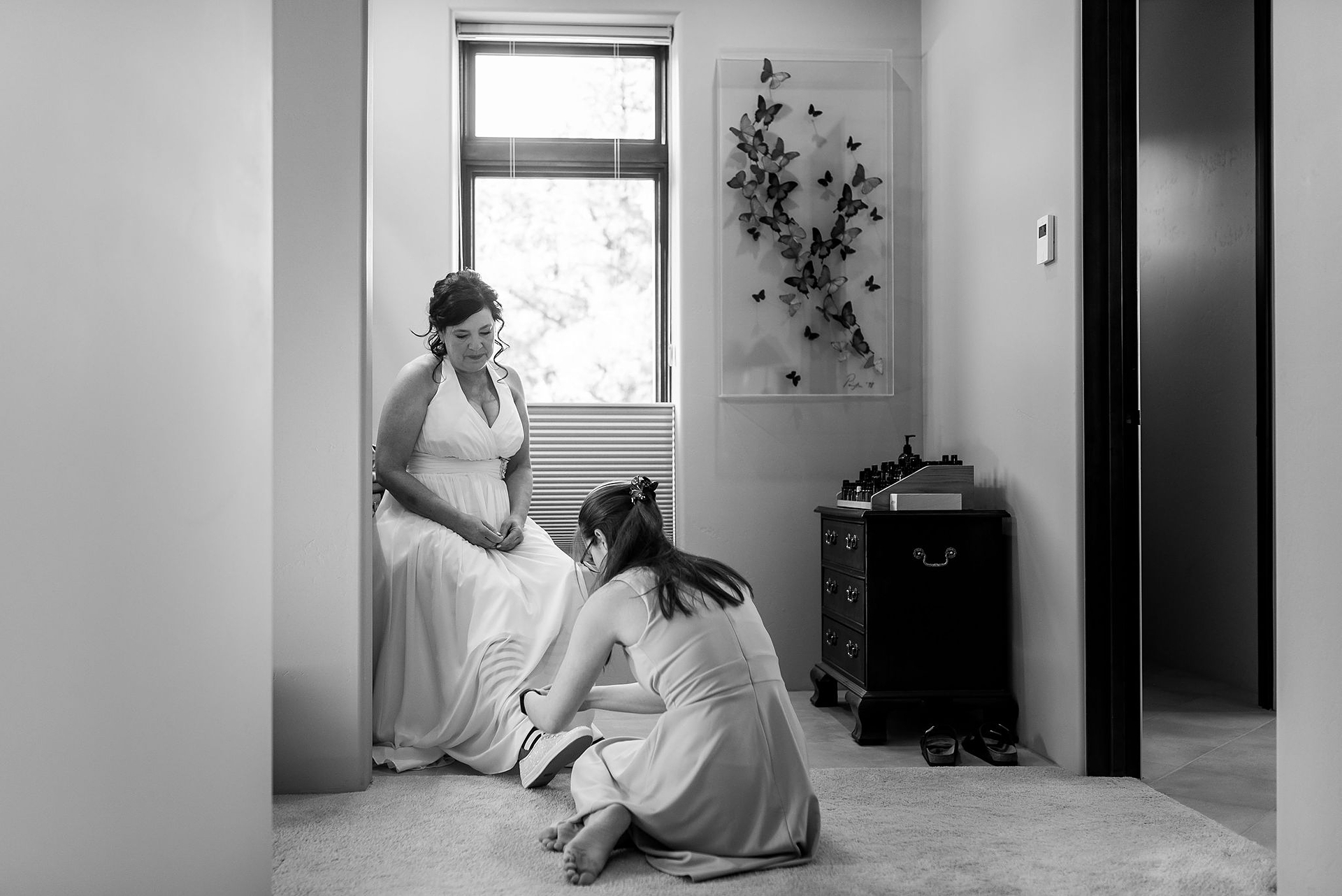 Arizona Wedding Photographers | The brides daughter ties her shoes