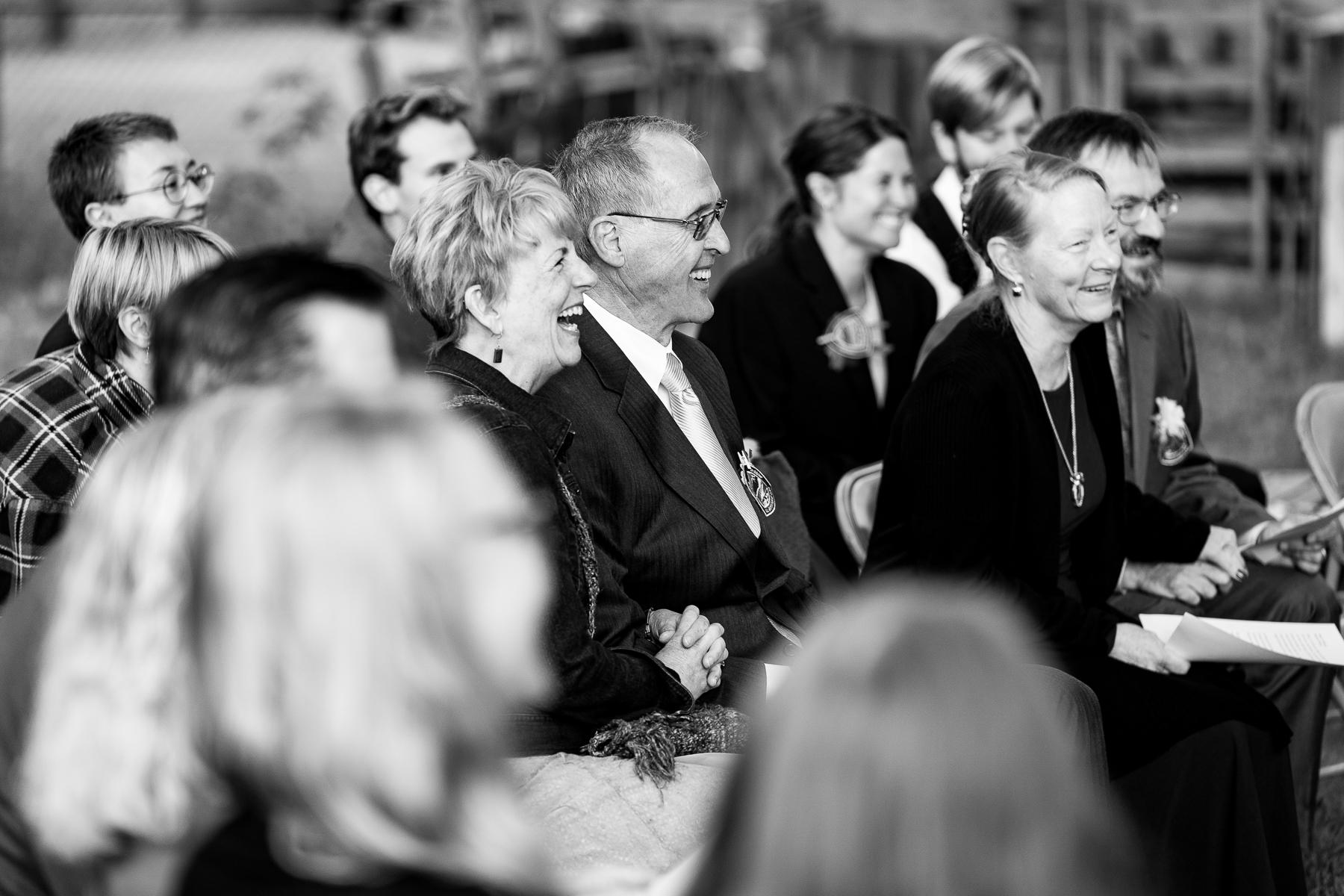 Boulder, CO Hochzeitsfotografie | Alle ihre Gäste lachen, als der Offizier persönliche Anekdoten erzählte