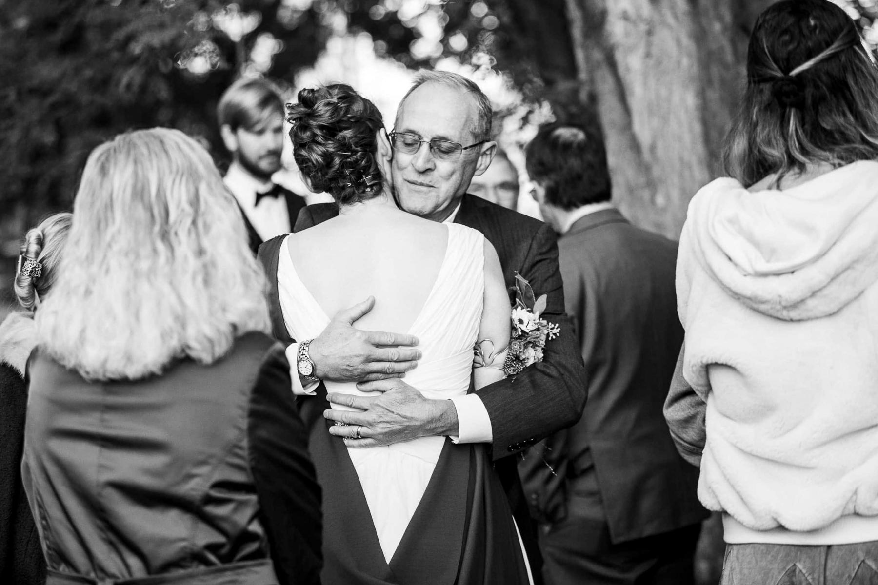 Top Boulder CO Fotografen | Der Brautvater umarmt die Braut