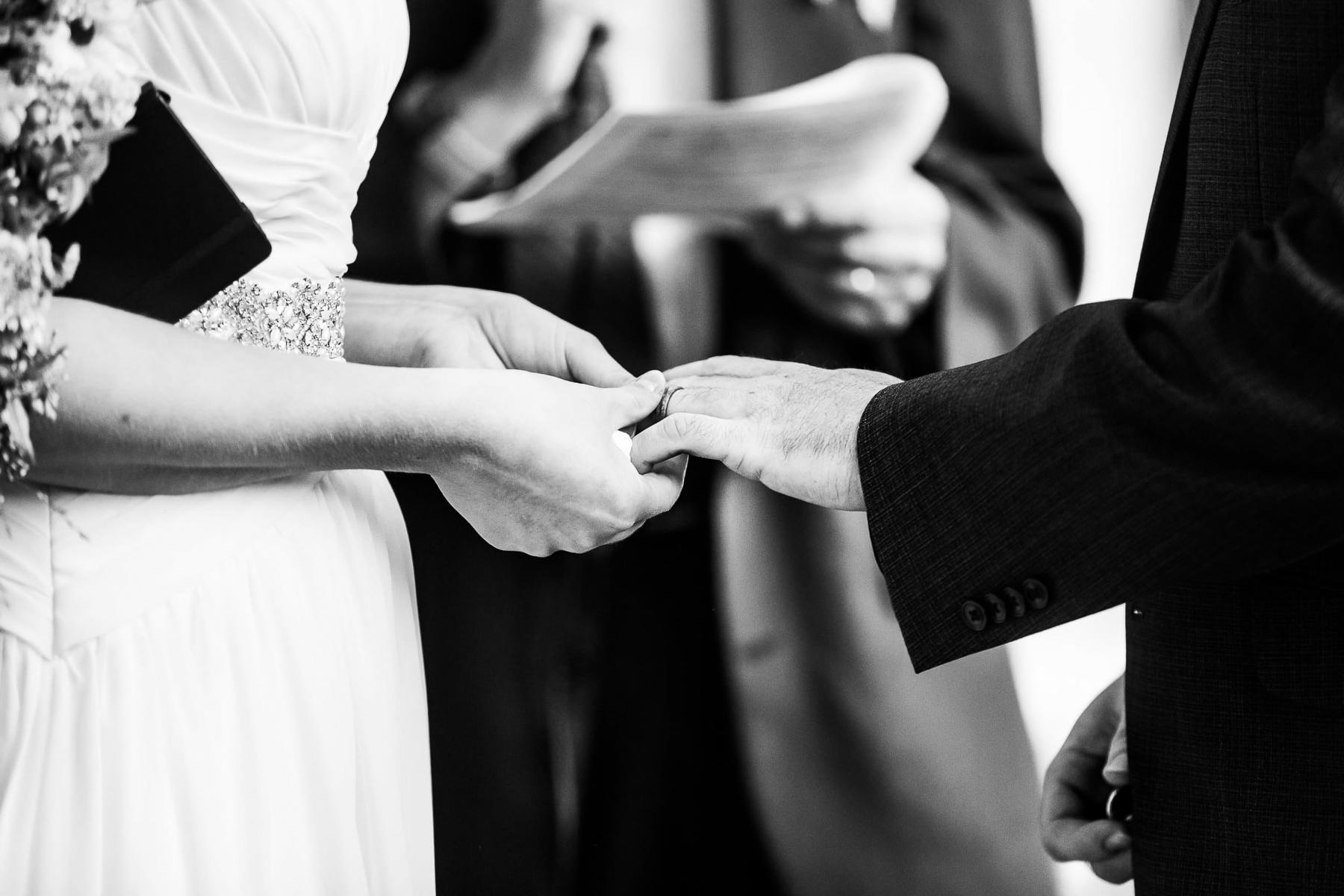Boulder, Colorado Hochzeitsfotograf | Die Braut streift den Ring an der Hand des Bräutigams