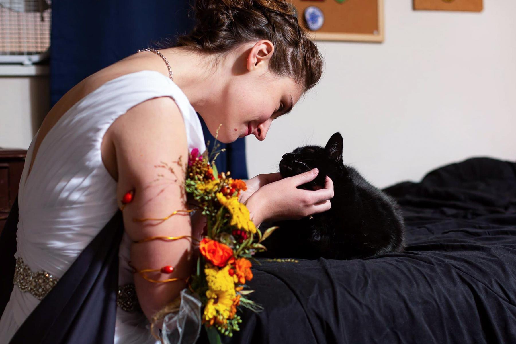 Bild von einer Hochzeit in Boulder, Colorado | Die Braut teilt einen Moment mit ihrer geliebten Katze