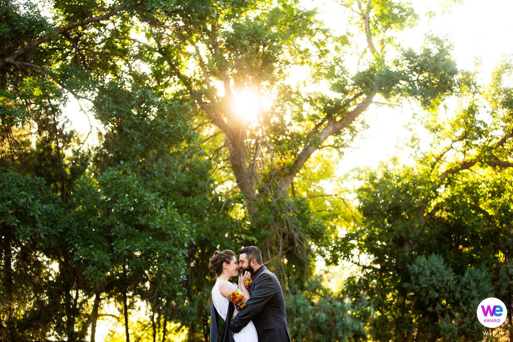 Hochzeitsfotograf für Boulder Elopements | Das Paar kicherte im Sonnenaufgangslicht