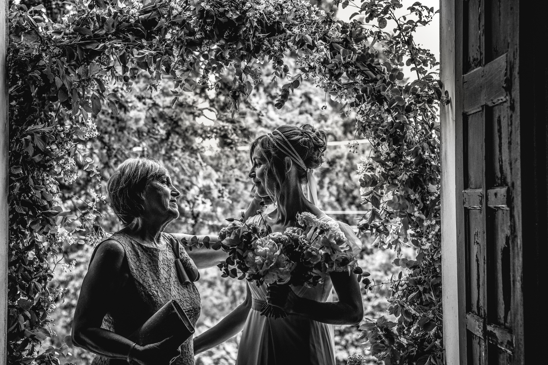 Forli-Cesena Wedding Photography | The brides mother takes a moment to grasp the hand of her daughter