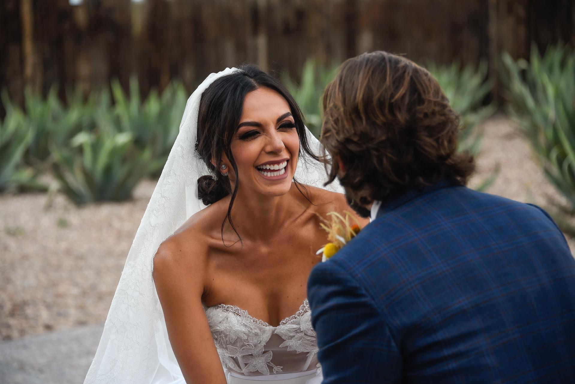 Photographes de mariage à San Miguel de Allende, MX | La mariée saisit les mains de son époux pendant la cérémonie