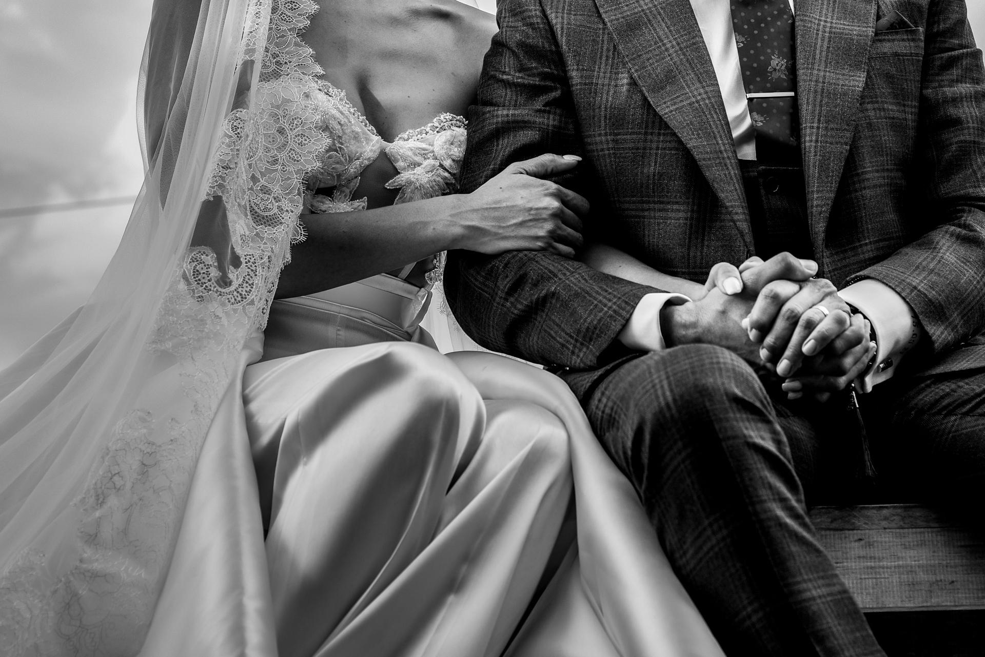 Mariages intimes à San Miguel de Allende | Les mariés s'accrochent l'un à l'autre pendant la cérémonie