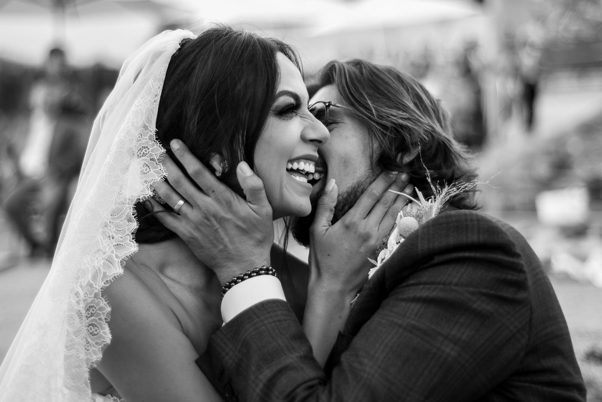 Meilleure photographie de mariage de San Miguel de Allende | un moment spontané lors de la cérémonie, le couple rit