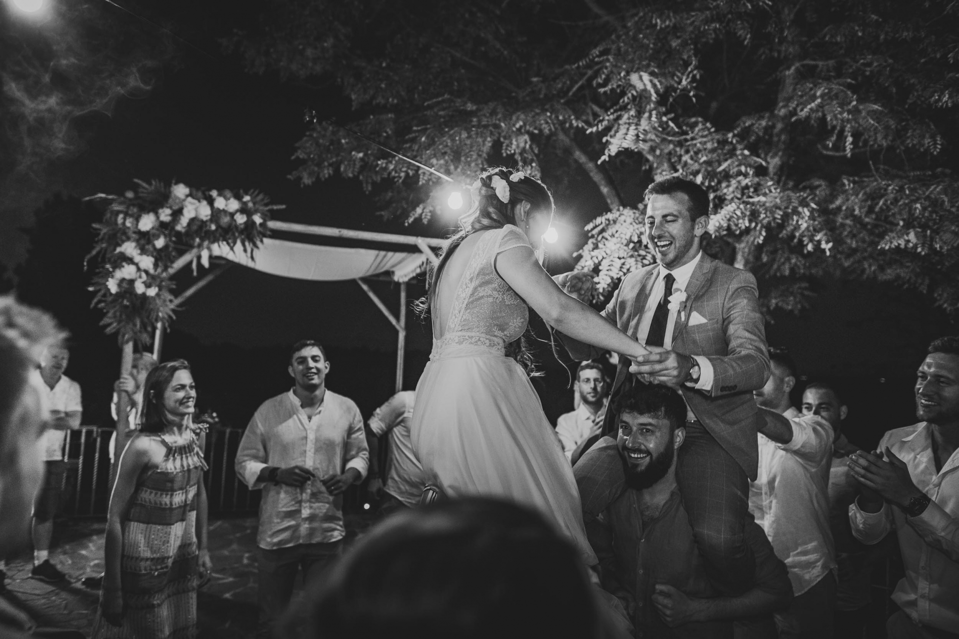 Photo du lieu de mariage de la Villa Leonardo en BW | La fête de mariage soulève le couple dans les airs