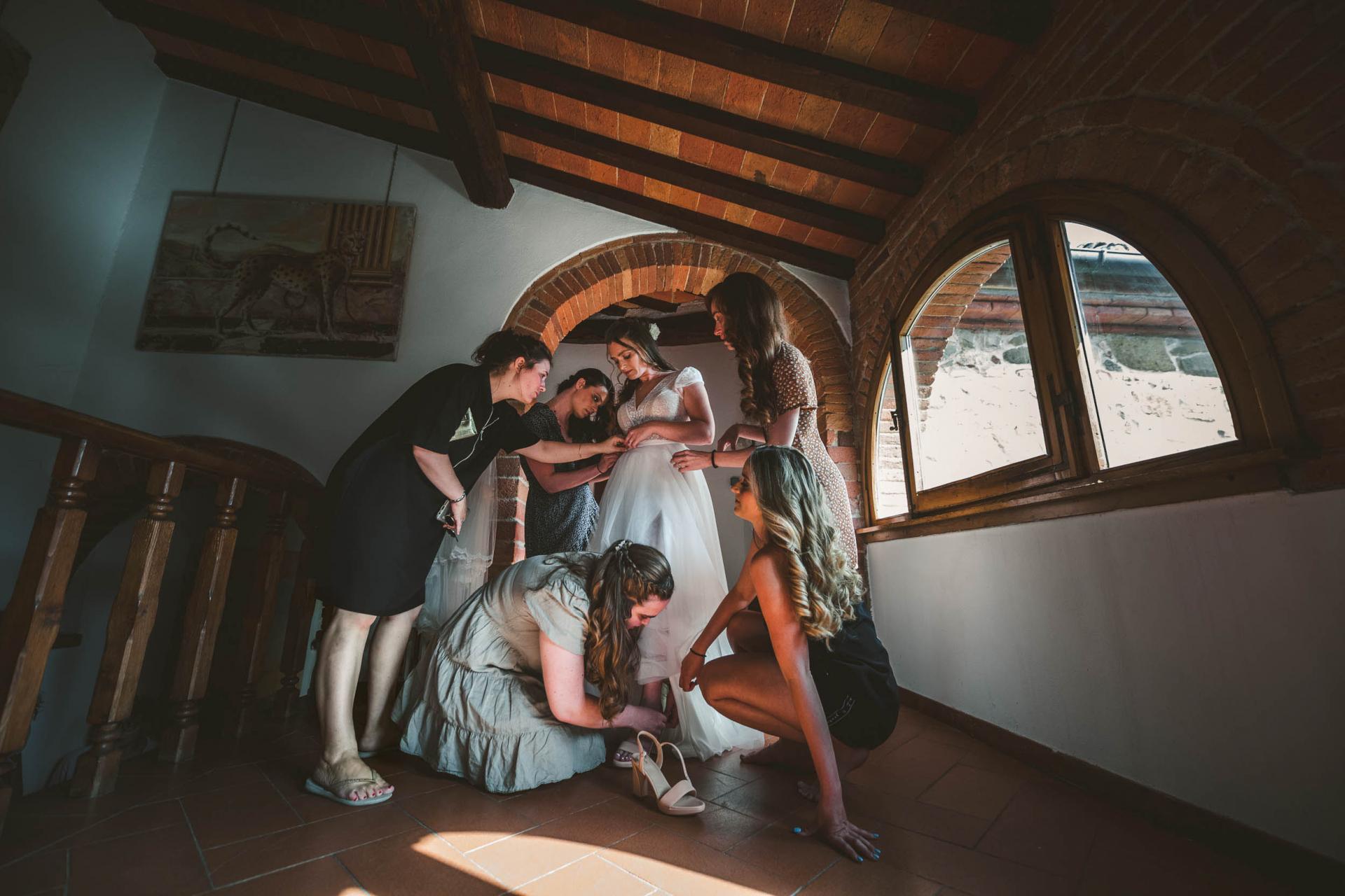 Photographie de mariage en Toscane, Italie | Les amies des mariées tourbillonnent