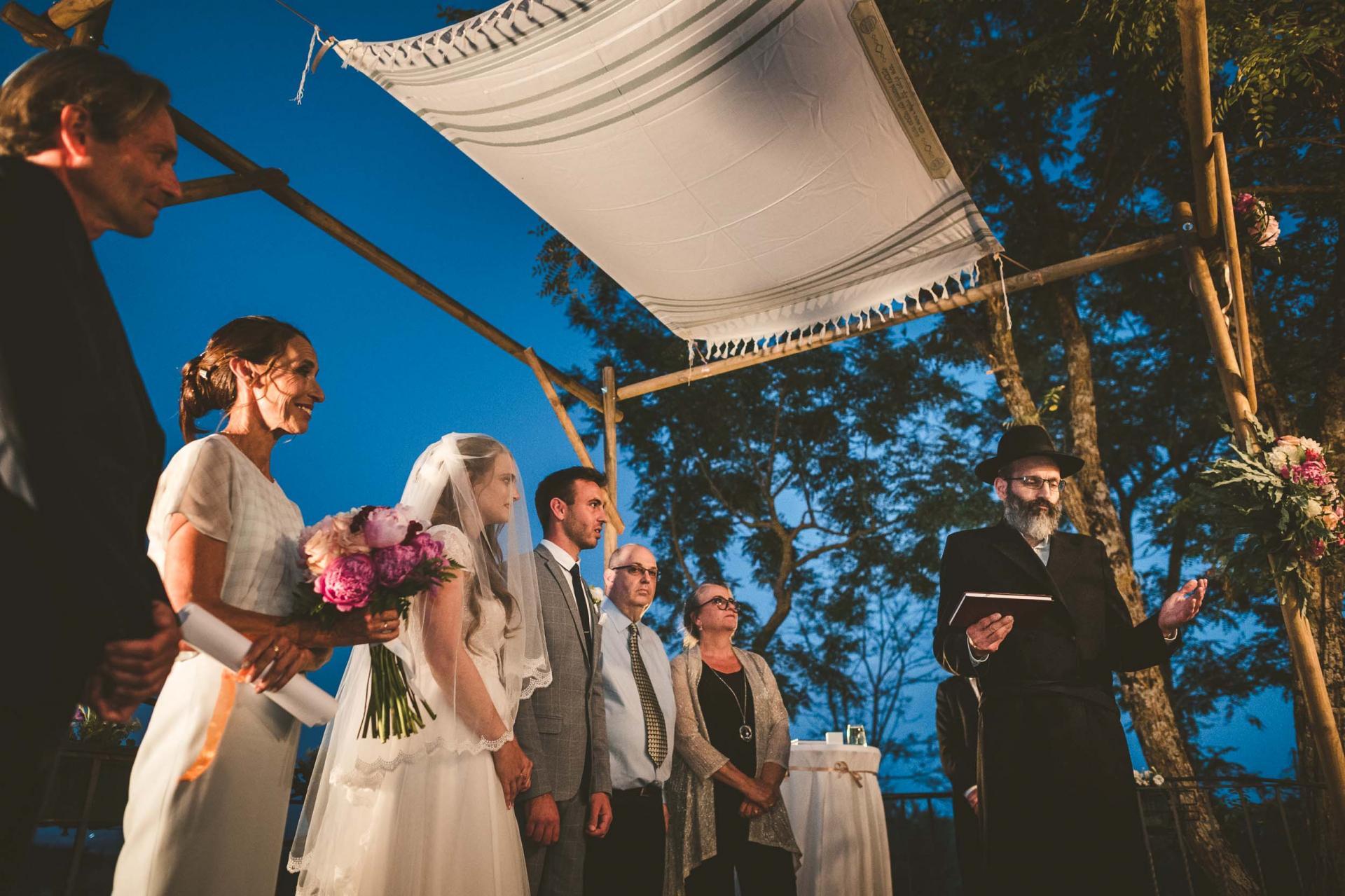 Images de cérémonie de mariage Sinalunga Sienne | Le couple se tient sous la Chuppah pendant le rite juif du mariage