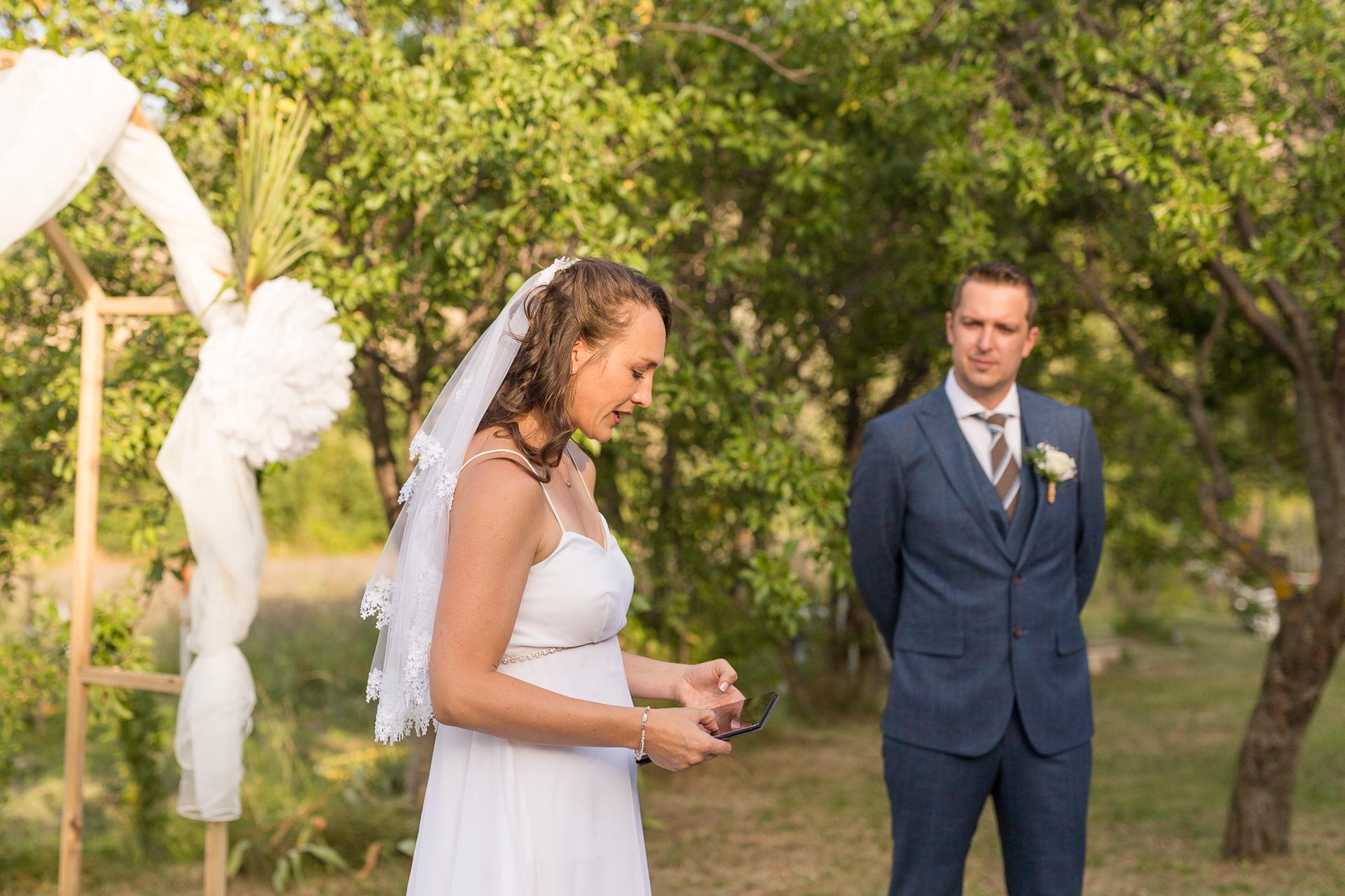 Fotógrafo de bodas de Mezel (Francia) | la novia se toma un momento para hablar seriamente sobre el amor que siente por su esposo