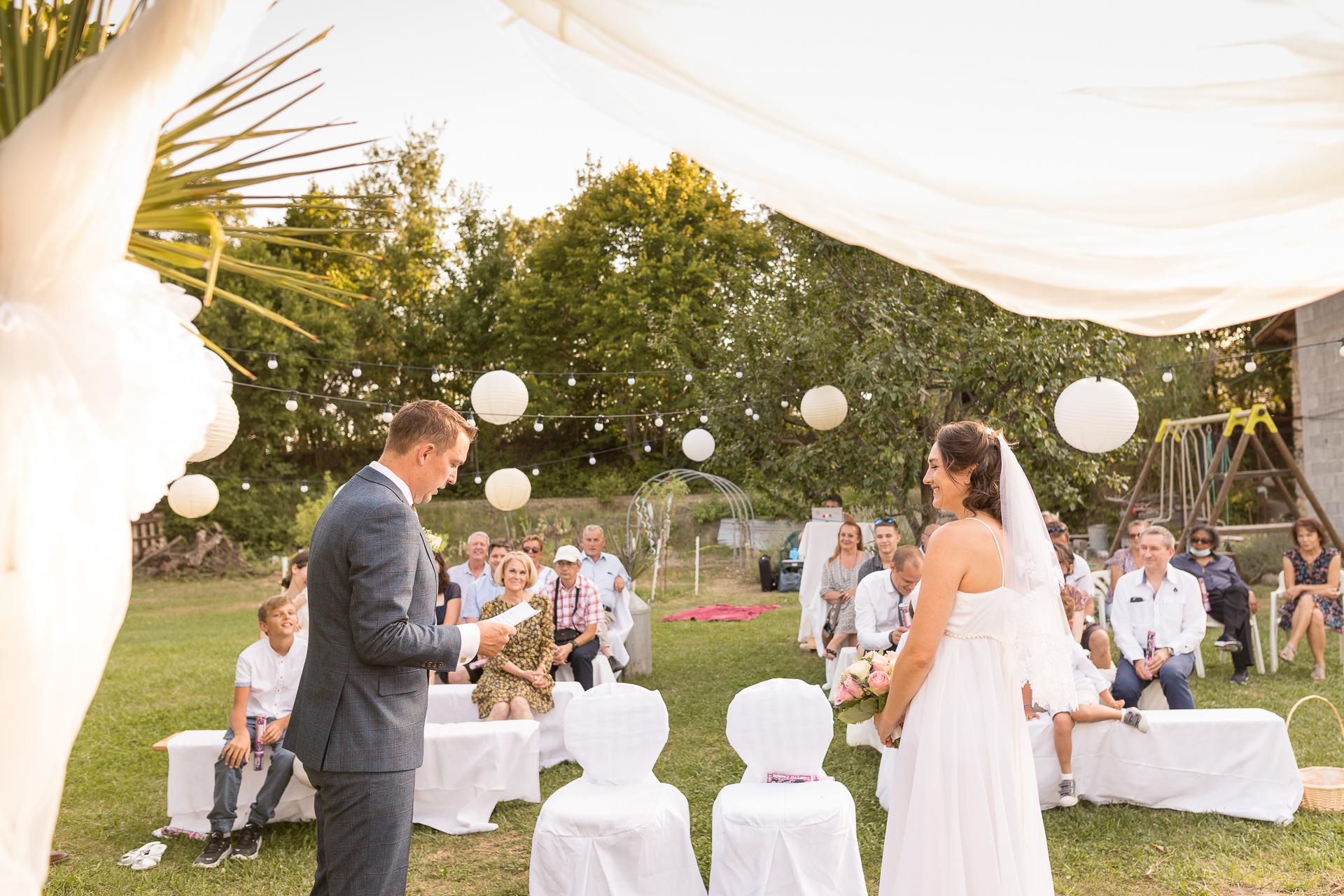 Mézel - Alpes-de-Haute-Provence, Francia Foto de boda | El novio comienza a hablar durante la ceremonia.