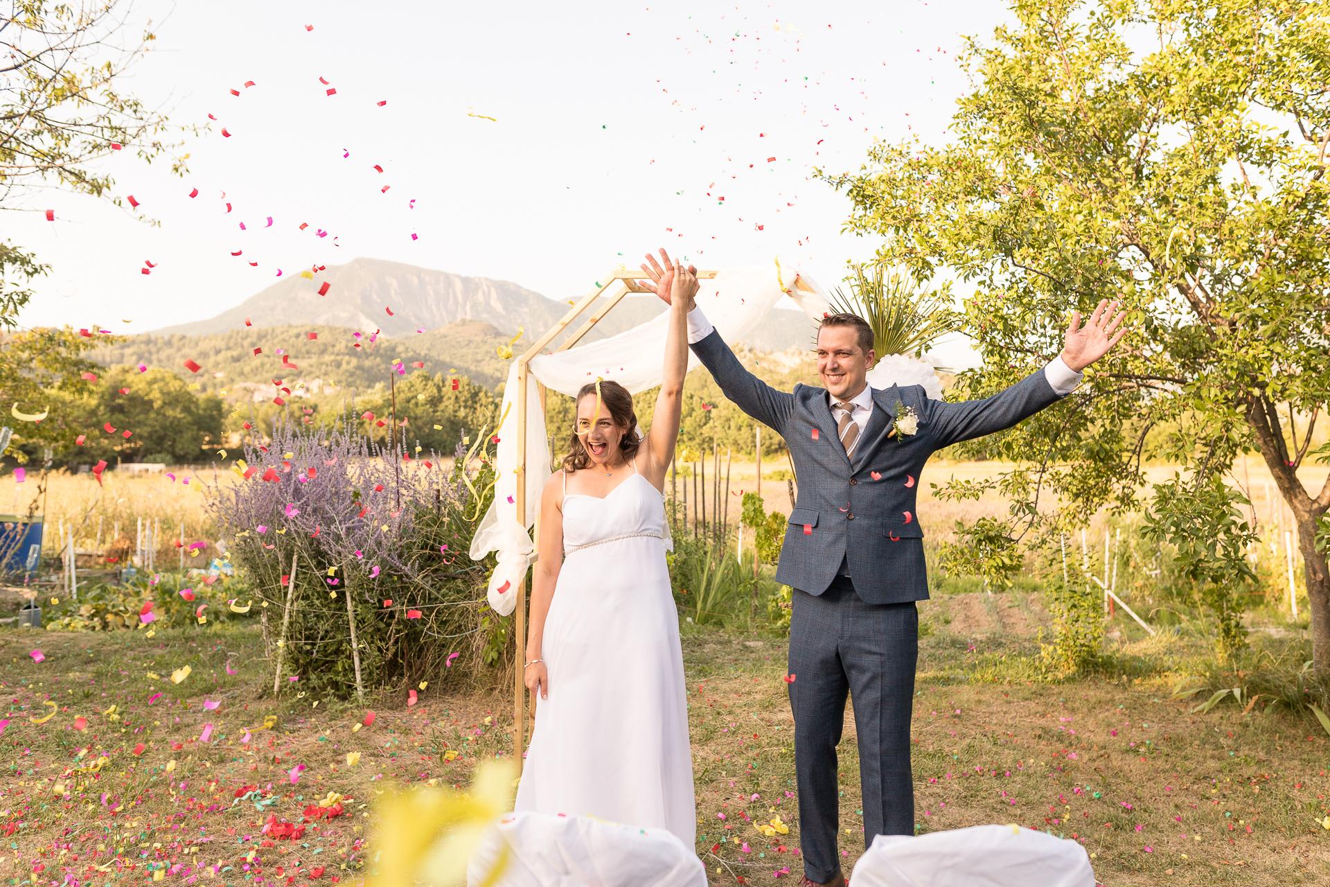 Foto de la ceremonia de matrimonio al aire libre de Francia | Los recién casados se dan la mano y celebran su unión