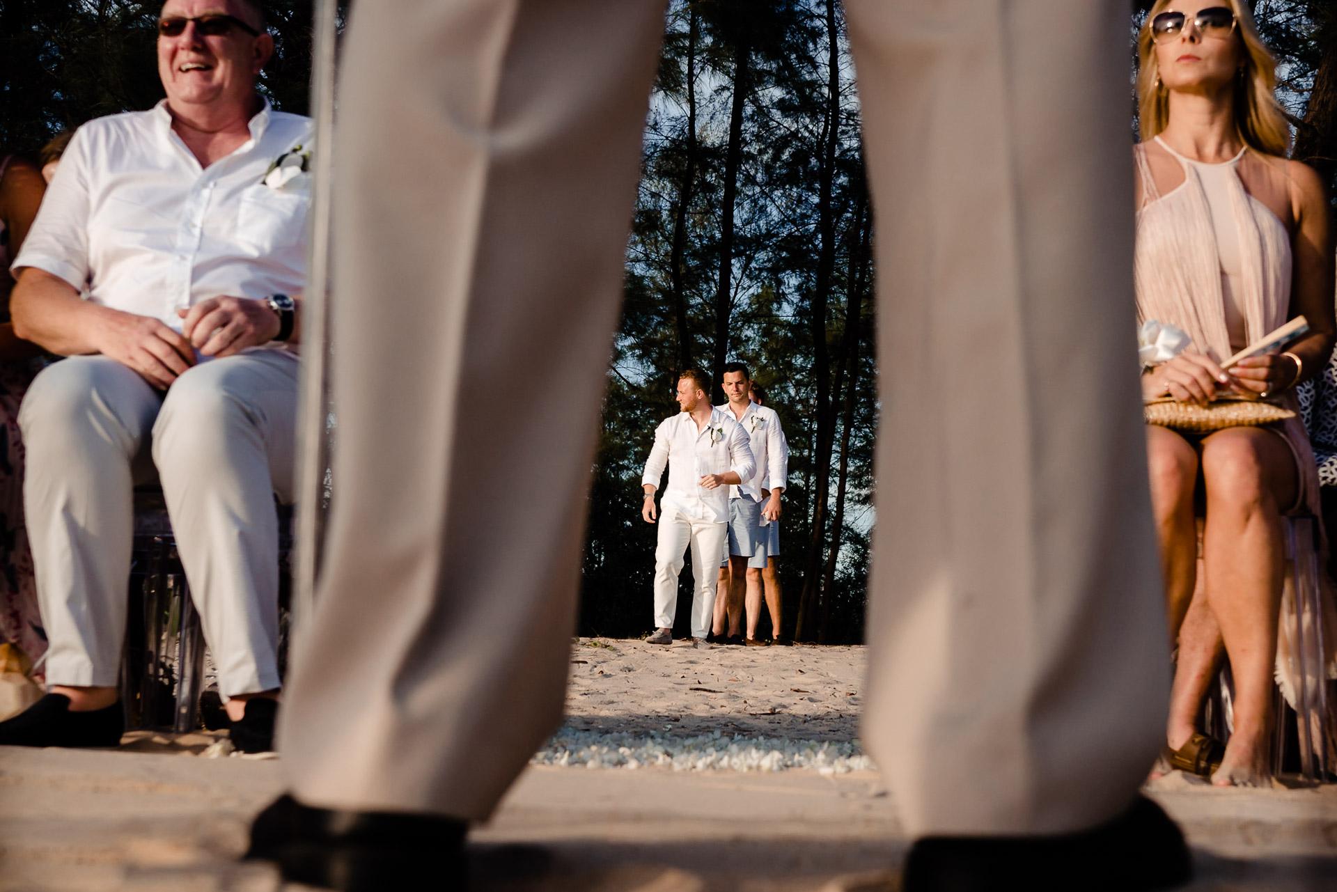 與層的婚禮照片| 進入儀式的新郎的圖像戶外