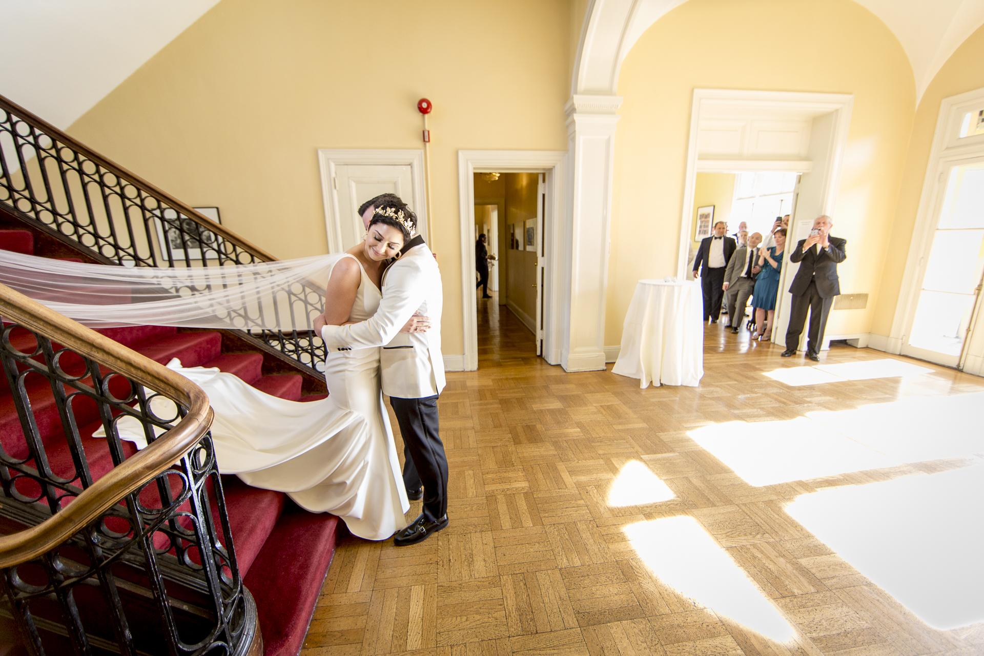 De bruid en bruidegom kunnen prachtig intieme momenten hebben die krachtig zijn - Wedding Photography of Romance