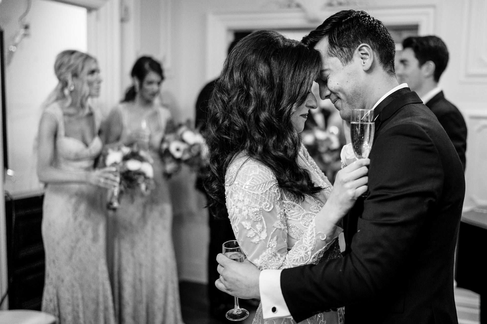 Foto van de bruid en bruidegom die in hun eigen kleine wereld wonen, even na de ceremonie | Romantische trouwfoto's