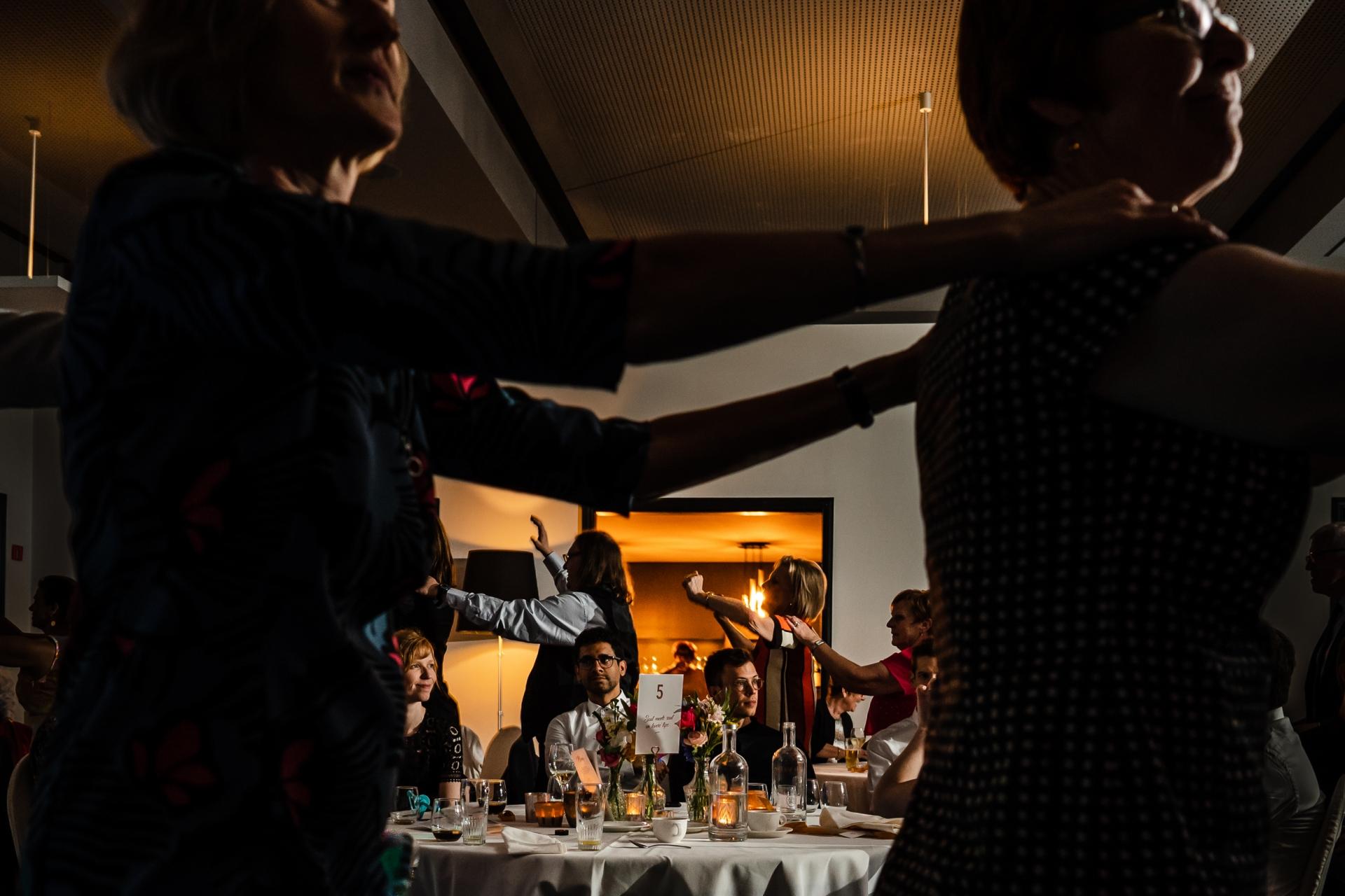 在接待處的這張婚禮照片中的情感和行動層。