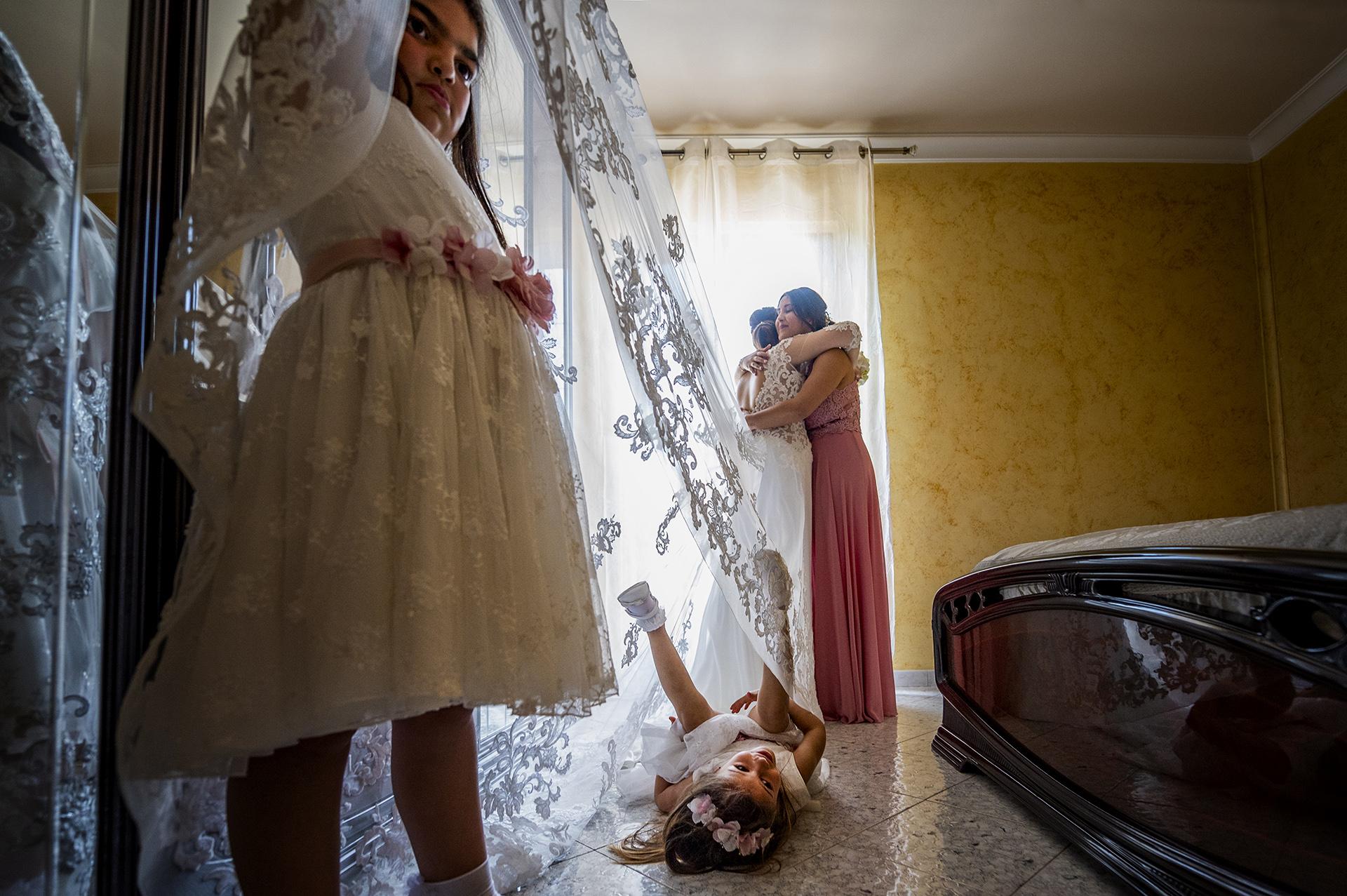Photo de mariage de la mariée se prépare avec sa soeur et ses demoiselles d'honneur