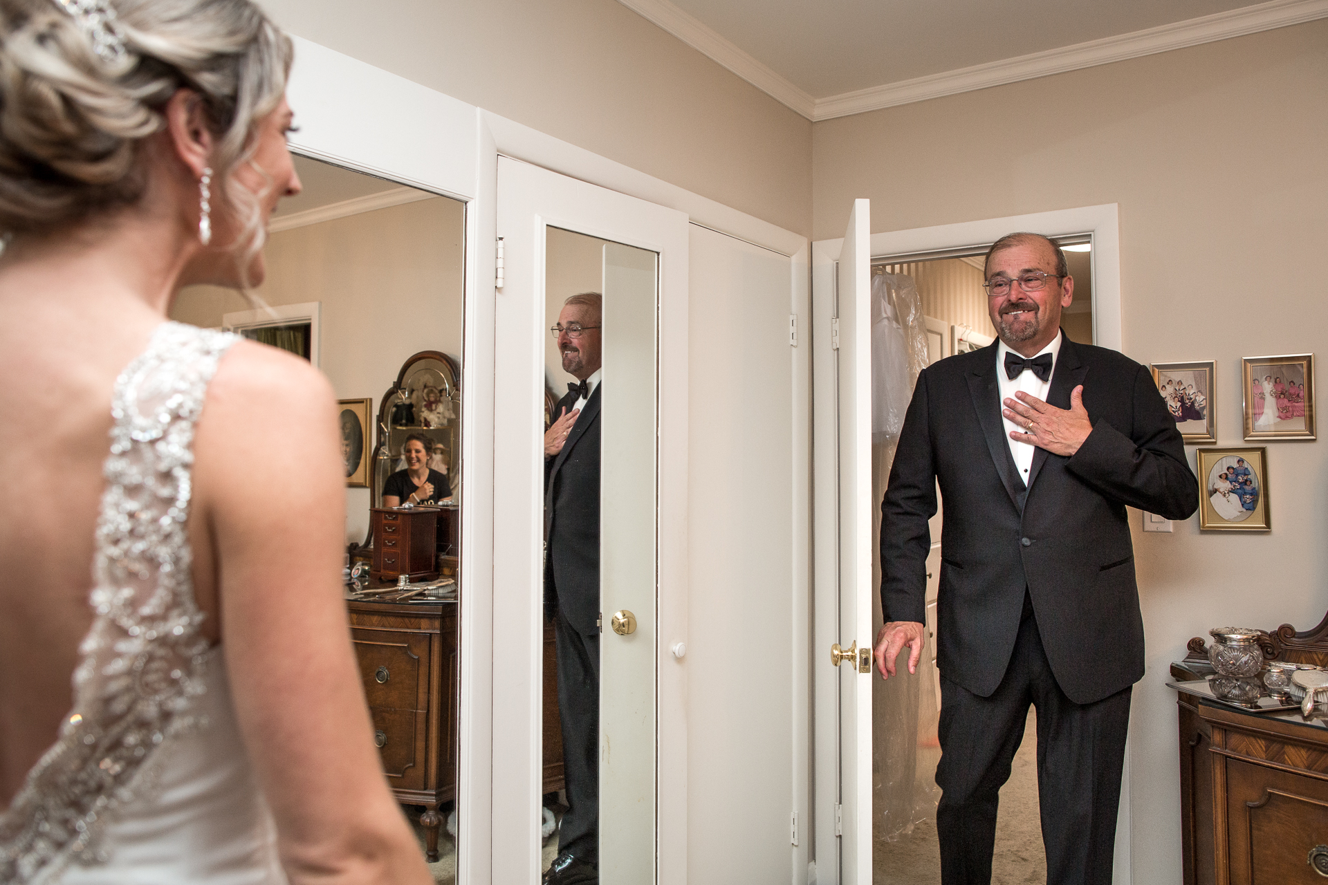 De vader en de bruid kijken eerst. Emotionele momenten met ouders vastgelegd door een goede trouwfotograaf.